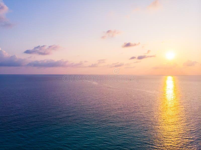Vogelperspektive des schönen Strandes und des Meeres mit KokosnussPalme an lizenzfreies stockfoto