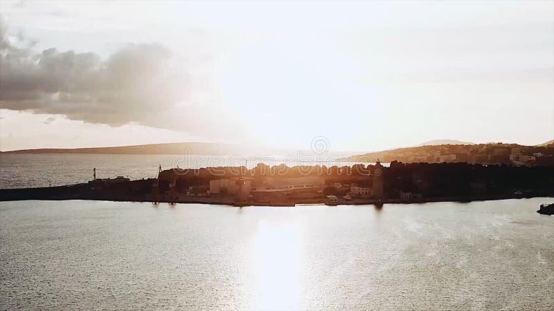 Vogelperspektive des schönen Strandes und des Meeres mit KokosnussPalme zur Sonnenuntergangzeit auf Paradiesinsel ablage Erstaunl lizenzfreies stockfoto