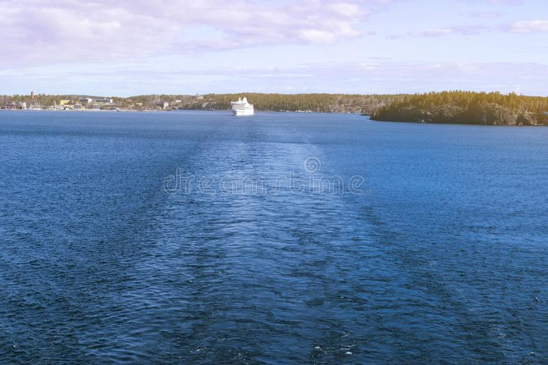 Vogelperspektive des Schnellfahrenkreuzschiffs im Meer Schnellboot in Meer Ansicht von oben Schnellboot, das in ein Türkisblau-Me stockfotografie