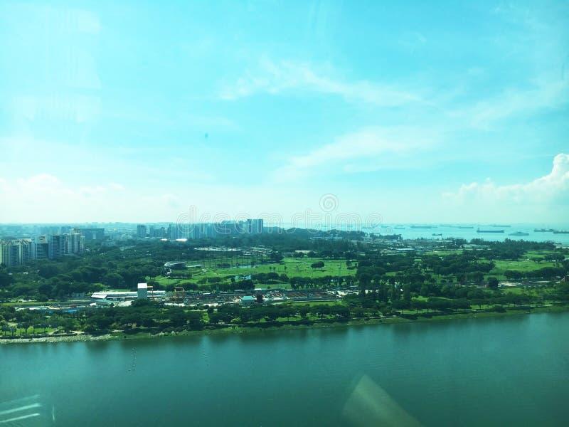 Vogelperspektive des Schusses Meerblicks, Landschaft und blauen Himmels Singapurs während der Tageszeit stockfotos