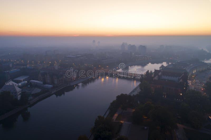 Vogelperspektive des Smogs über der Aufweckenstadt an der Dämmerung, in den Abstandsgebäuden bedeckt mit Nebel und Smog stockfoto