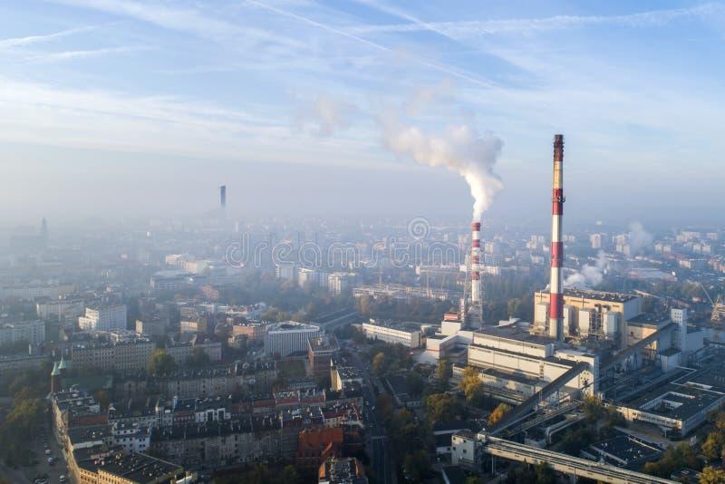 Vogelperspektive des Smogs über der Stadt morgens, der rauchenden Schlote der CHP-Anlage und der Gebäude der Stadt - Breslau, Pol stockfoto