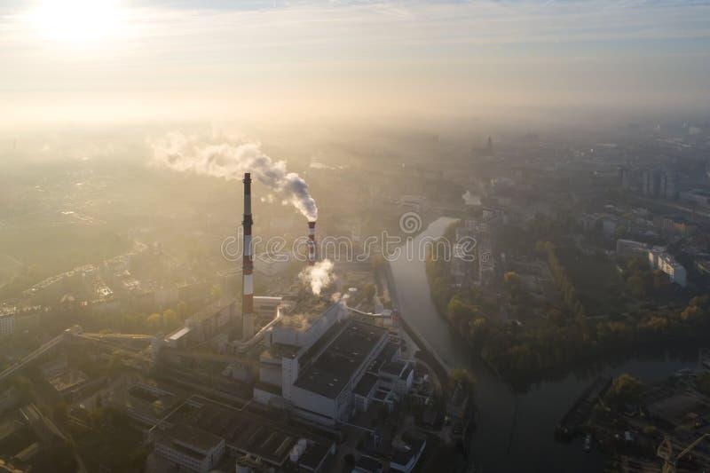 Vogelperspektive des Smogs über der Stadt morgens, der rauchenden Schlote der CHP-Anlage und der Gebäude der Stadt - Breslau, Pol stockbilder