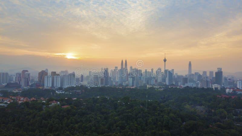 Vogelperspektive des Sonnenaufgangs an den Kuala Lumpur-Stadtskylinen stockbild