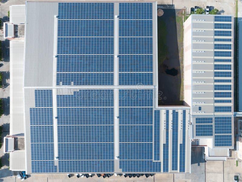 Vogelperspektive des Sonnenkollektors auf Fabrik-Dachspitze, elektrische Plattenschaffung der Solarenergie auf einem Lagerschuppe lizenzfreie stockbilder