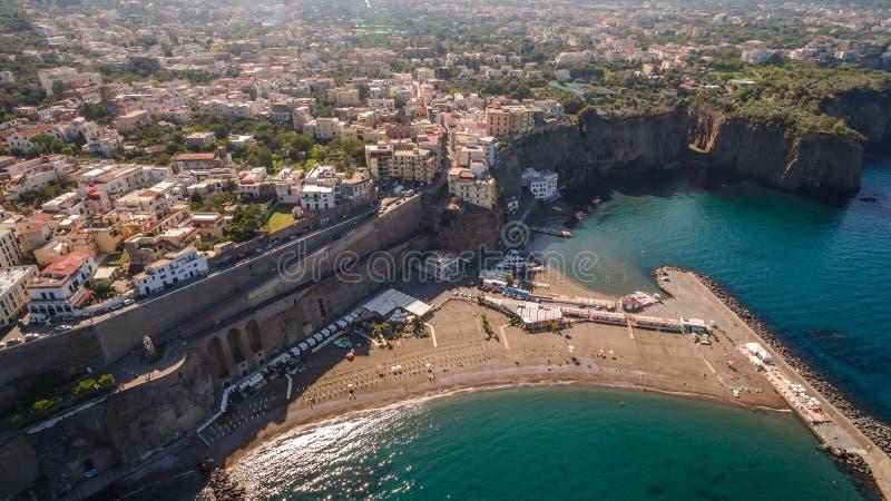 Vogelperspektive des Sorrent-Küste Meta--Strandes, Reisekonzept, Raum für Text, Bucht mit Booten, Italien-Berge, Reisekonzept stockfoto