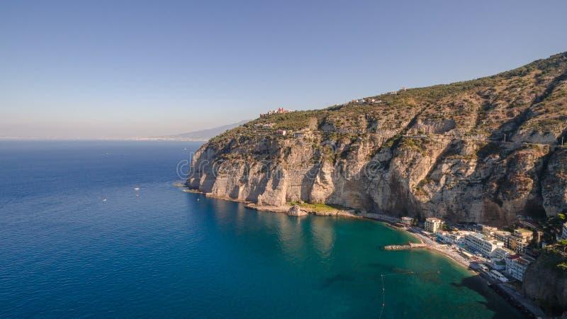 Vogelperspektive des Sorrent-K?ste Meta--Strandes, Reisekonzept, Raum f?r Text, Bucht mit Booten, Italien-Berge, Reisekonzept stockbild