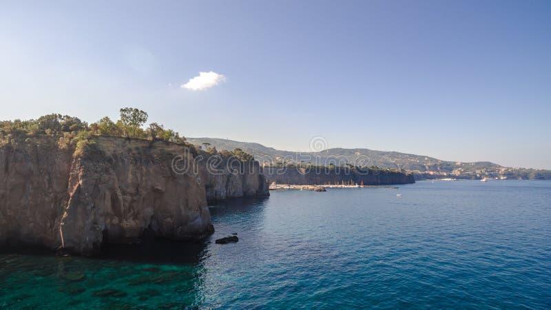 Vogelperspektive des Sorrent-K?ste Meta--Strandes, Reisekonzept, Raum f?r Text, Bucht mit Booten, Italien-Berge, Reisekonzept lizenzfreies stockfoto