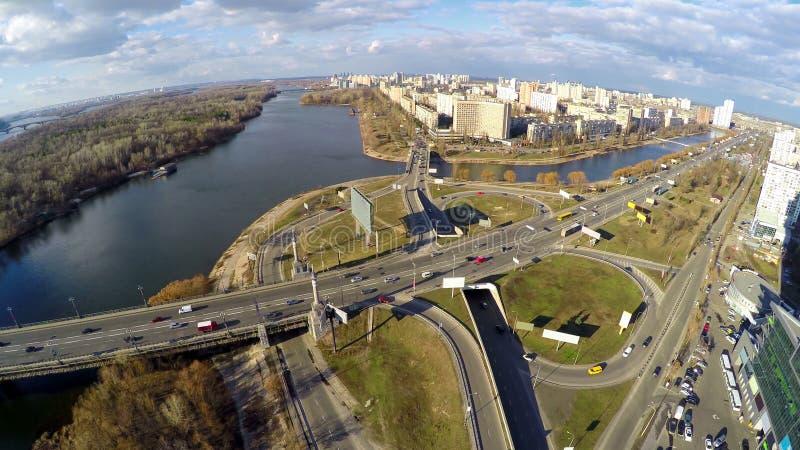 Vogelperspektive des Stadtverkehrs, Wohngebietlandschaftsstraßenkreuzung auf Brücke stockfotos