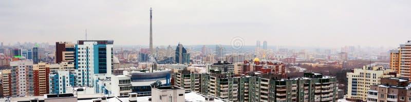 Vogelperspektive des Stadtzentrums in Jekaterinburg, Russland während des bewölkten Tages stockfotografie