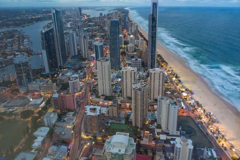 https://thumbs.dreamstime.com/b/vogelperspektive-des-surfer-paradieses-gold-coast-australien-130815926.jpg