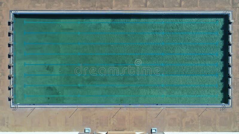 Vogelperspektive des Swimmingpools mit Wasser in einem Pool - heißer sonniger Tag Poolside Sommerferien idyllisch, schwimmendes K stockfotografie
