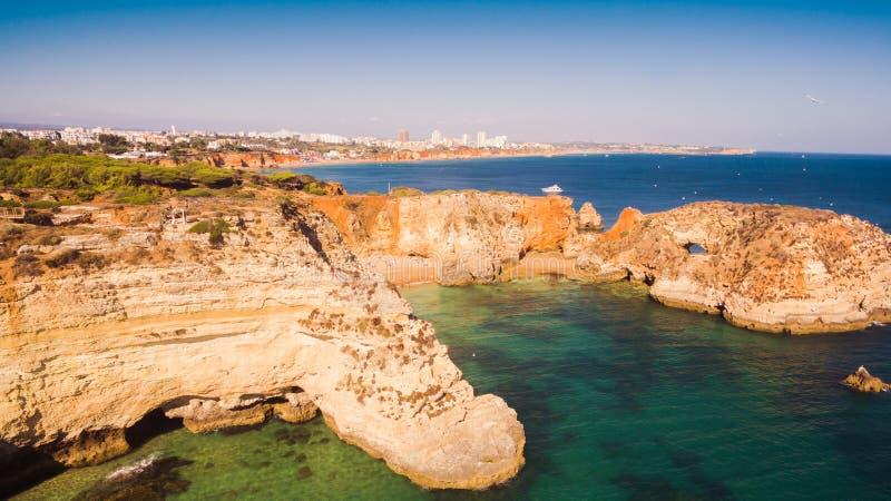 Vogelperspektive des szenischen Strandes Ponta Joao de Arens in Portimao, Algarve, Portugal lizenzfreie stockfotografie
