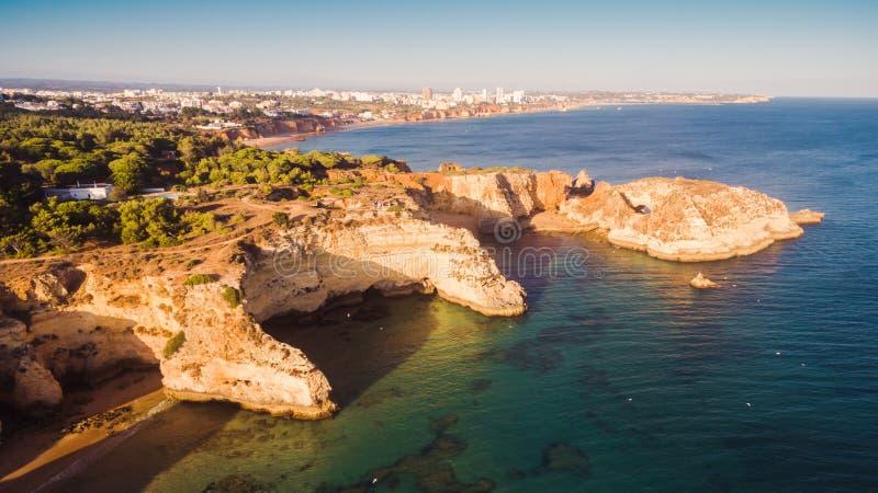 Vogelperspektive des szenischen Strandes Ponta Joao de Arens in Portimao, Algarve, Portugal lizenzfreies stockbild