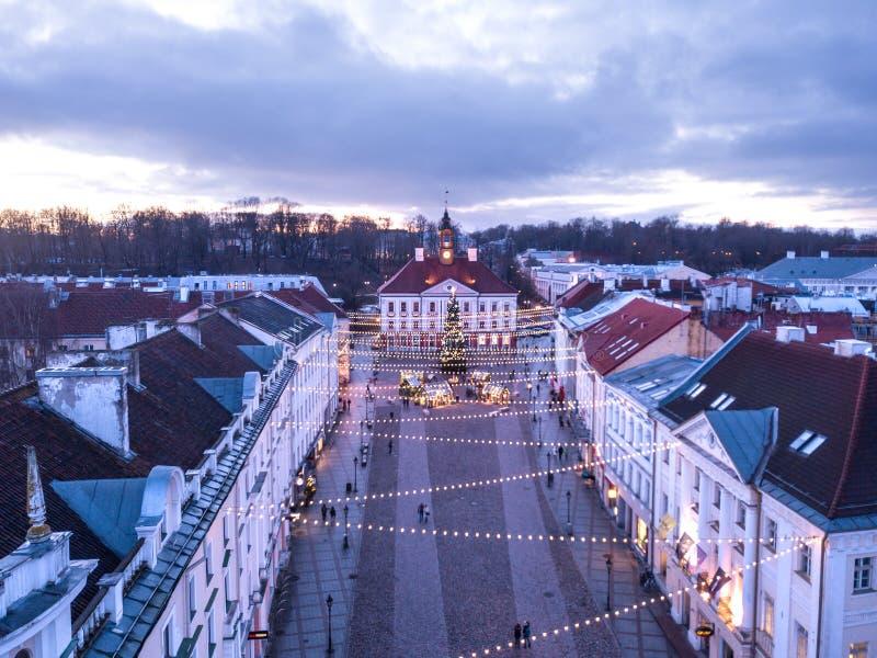 Vogelperspektive des Tartu-Rathauses mit Weihnachtsdekorationen stockfoto