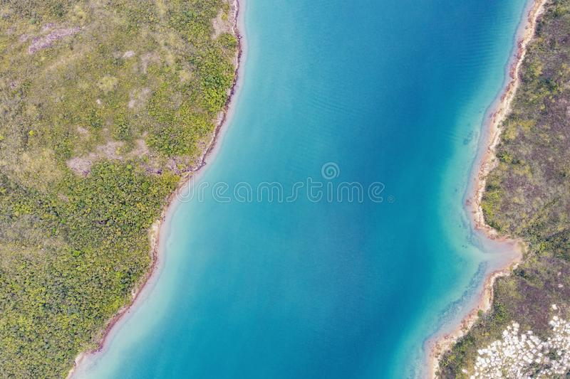 Vogelperspektive des Teils der Küstenseite des Reservoirs in Sai Kung, Hong Kong lizenzfreie stockfotos