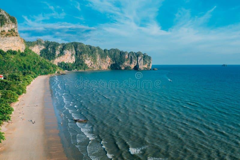 Vogelperspektive des tropischen Strandes AO-Nang, Krabi, Thailand lizenzfreies stockfoto