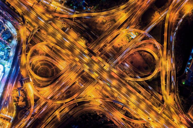 Vogelperspektive des Verkehrs auf enormem Landstraßenschnitt nachts stockfotos