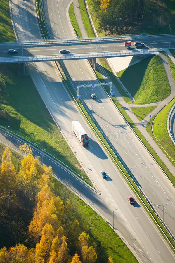 Vogelperspektive des Verkehrs der Landstraße (Autobahn) in Vilnius lizenzfreie stockfotos