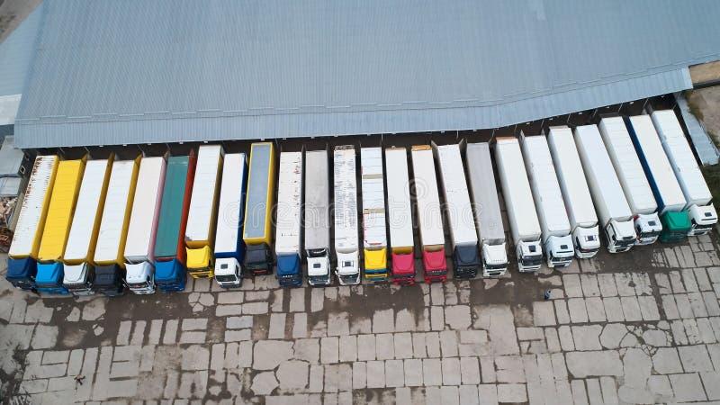 Vogelperspektive des Warenlagers Logistikmitte in der Industriestadtzone von oben lizenzfreies stockfoto
