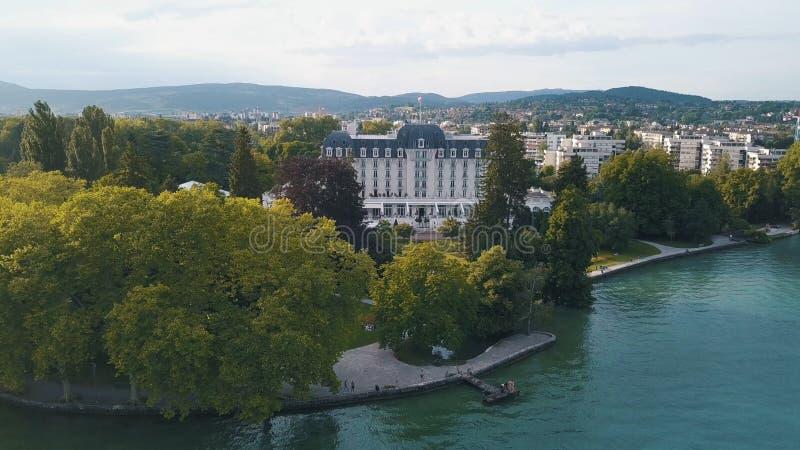 Vogelperspektive des weißen und blauen Luxuswohnsitzes nahe dem grünen Park- und waterwithhochgebirge auf dem Hintergrund lizenzfreie stockfotos