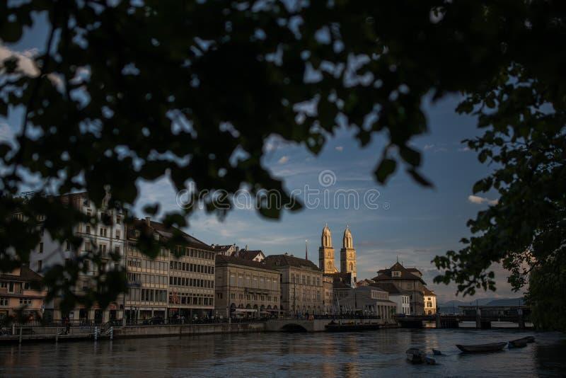 Vogelperspektive des Zürich-Stadtzentrums mit berühmter GrossmÃ-¼ nster Kirche und Fluss Limmat stockfoto