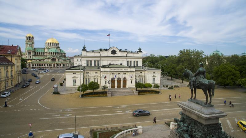 Vogelperspektive des Zar-Befreier-Monuments und des Parlaments am 1. Mai 2018 Sofia, Bulgarien stockbilder