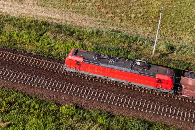 Vogelperspektive des Zugs und der Eisenbahnlinie stockfotos