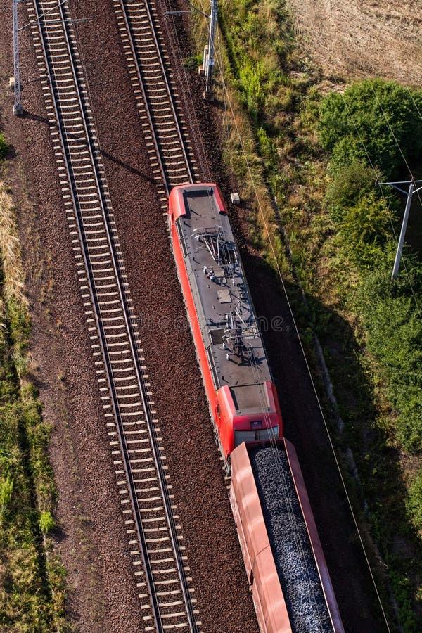 Vogelperspektive des Zugs und der Eisenbahnlinie lizenzfreie stockbilder