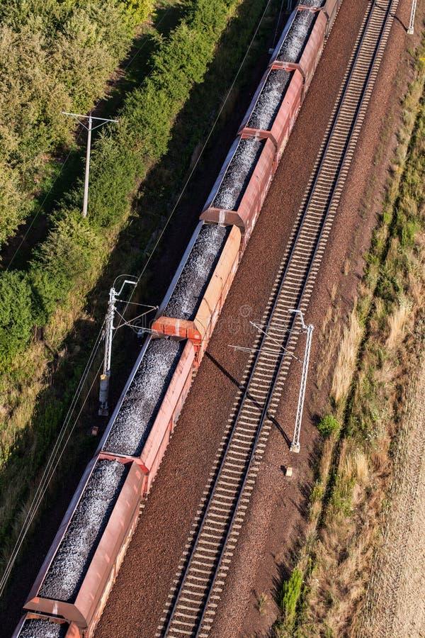 Vogelperspektive des Zugs und der Eisenbahnlinie stockbilder