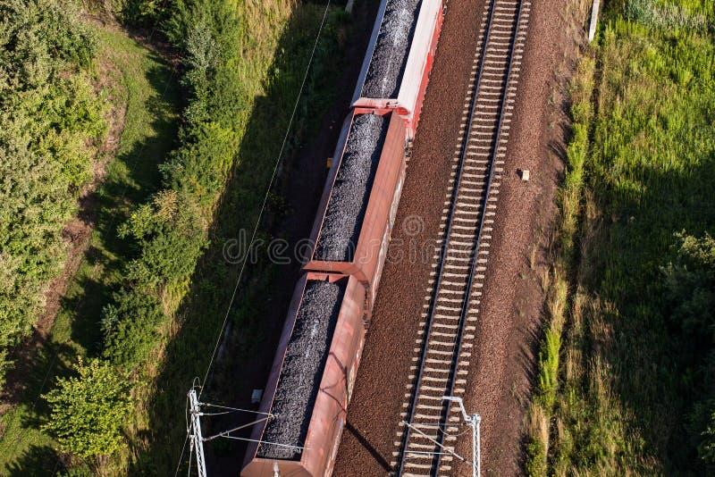 Vogelperspektive des Zugs und der Eisenbahnlinie lizenzfreie stockfotos