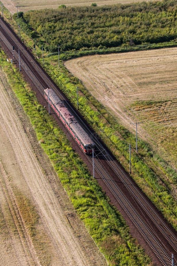 Vogelperspektive des Zugs und der Eisenbahnlinie stockbild