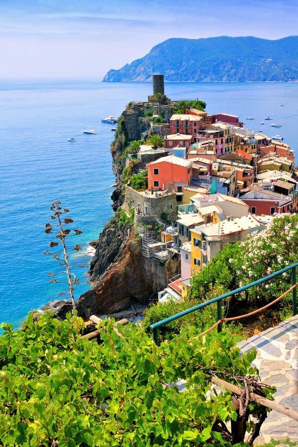 Vogelperspektive, die das schöne Cinque Terre-Dorf von Vernazza und von blauen Meer, Italien übersieht lizenzfreies stockfoto