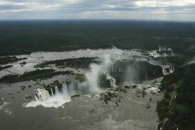 Vogelperspektive an einem bewölkten Tag über den Iguaçu-Wasserfälle stockfotografie