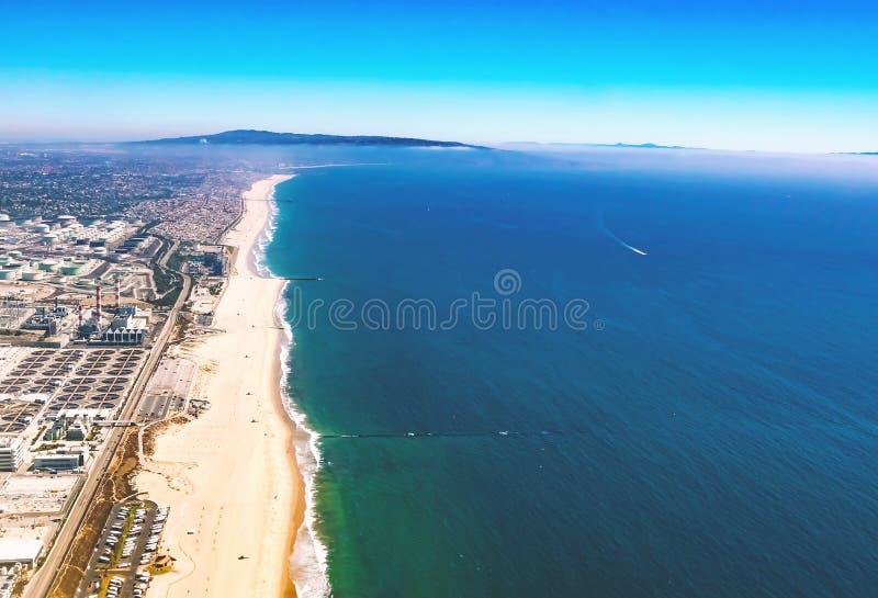 Vogelperspektive einer Erdölraffinerie auf dem Strand von LA lizenzfreies stockfoto