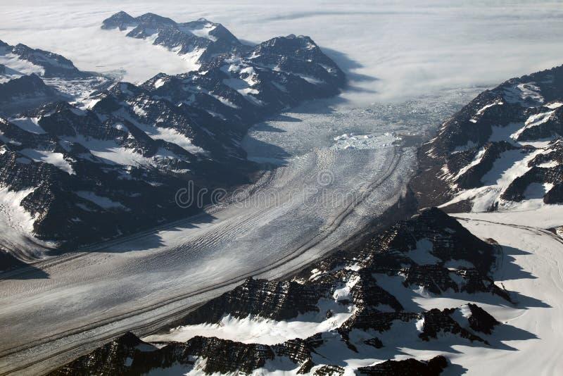Vogelperspektive einer Gletscherfront und -berge in Grönland lizenzfreies stockfoto