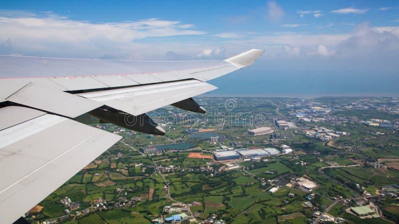 Vogelperspektive einer Stadt in Taiwan-Insel vom Fenster-Flugzeug stockbild