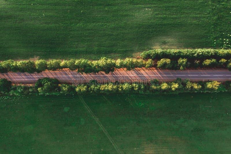 Vogelperspektive einer Straße auf dem Gebiet stockbild