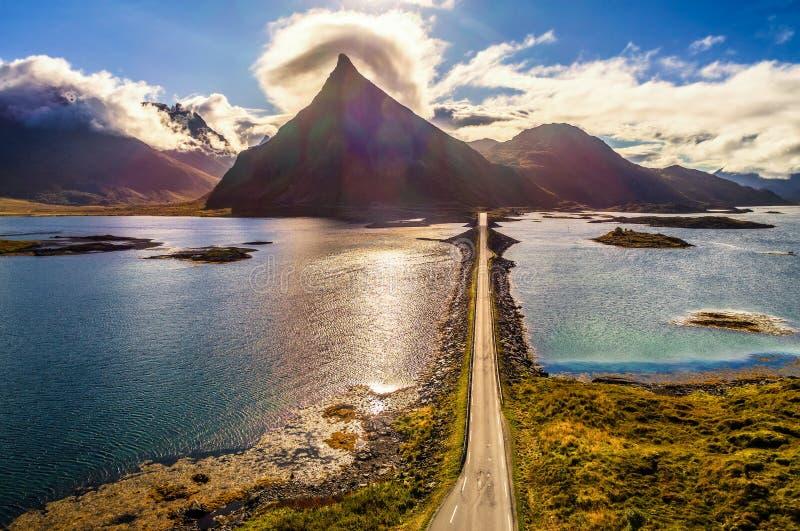 Vogelperspektive einer szenischen Küstenstraße auf Lofoten-Inseln in Norwegen lizenzfreie stockfotos