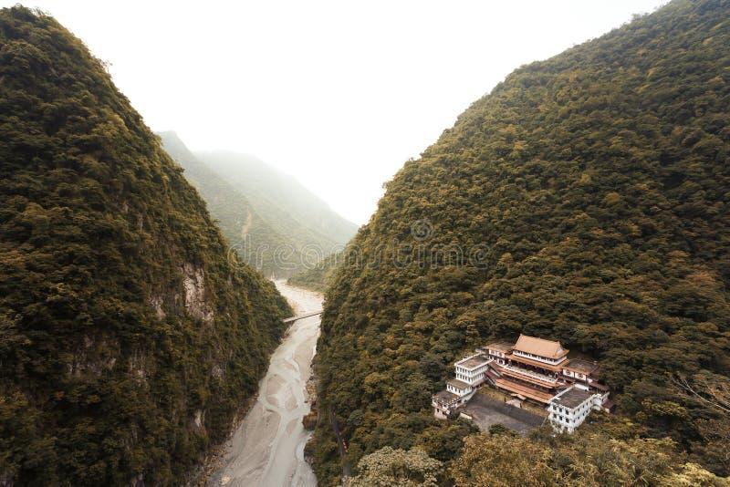 Vogelperspektive eines buddhistischen Tempels versteckt in einem tiefen Tal von Taiwan stockbild