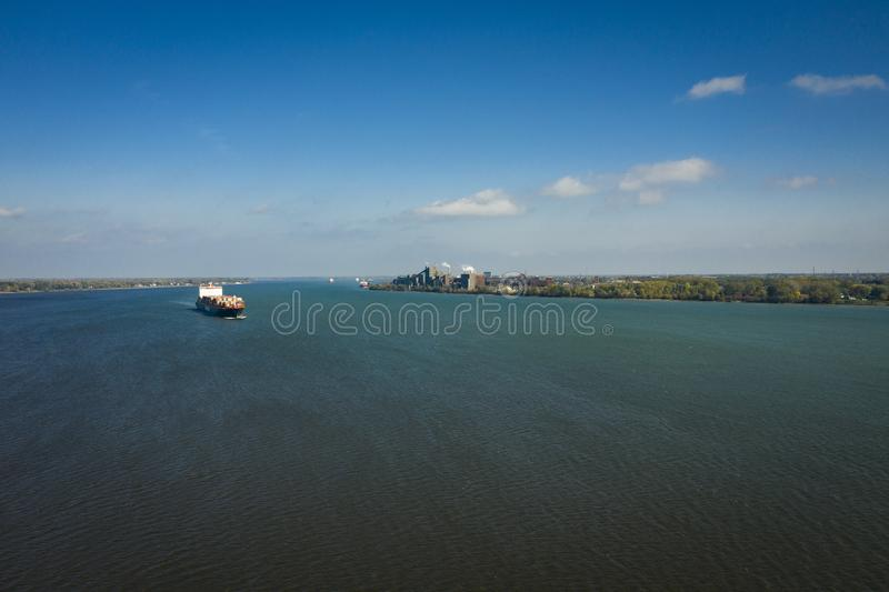 Vogelperspektive eines Containerschiffs, das gegen den Strom in das St. Lawrence River nahe dem Hafen von Montreal in Kanada geht lizenzfreie stockfotografie