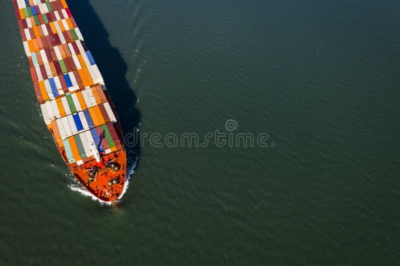 Vogelperspektive eines Containerschiffs, das gegen den Strom in das St. Lawrence River nahe dem Hafen von Montreal in Kanada geht stockfotografie