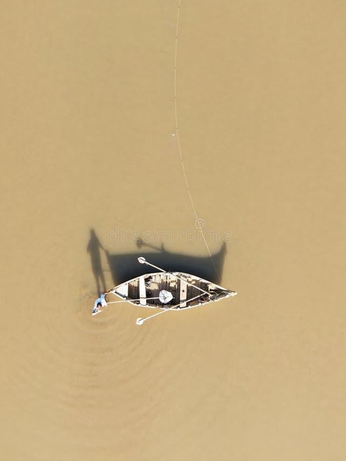 Vogelperspektive eines Fischers mit seinem Boot lizenzfreie stockbilder