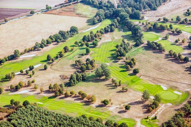 Vogelperspektive eines Golfplatzes in der deutschen Heidenordlandschaft lizenzfreies stockbild