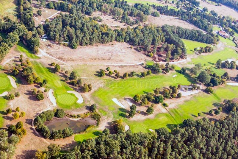 Vogelperspektive eines Golfplatzes in der deutschen Heidenordlandschaft stockfotos
