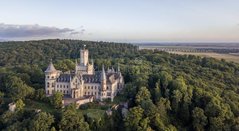 Vogelperspektive eines gotischen Wiederbelebung Marienburg-Schlosses in Niedersachsen, Deutschland lizenzfreie stockbilder