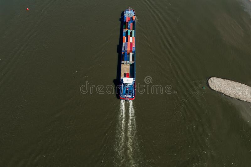 Vogelperspektive eines Handelsschiffs mit einem Behälter, der das riv kreuzt lizenzfreies stockfoto