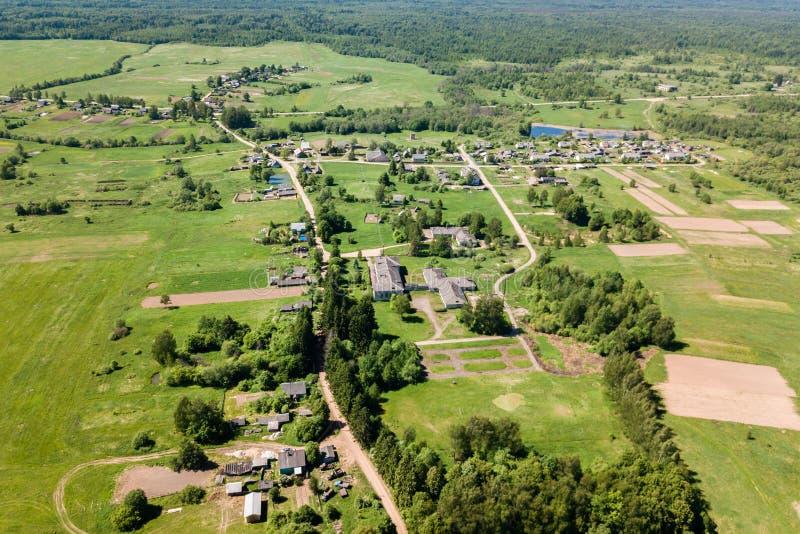 Vogelperspektive eines kleinen Dorfs am Sommertag Konzept von Urlaub t lizenzfreie stockfotos