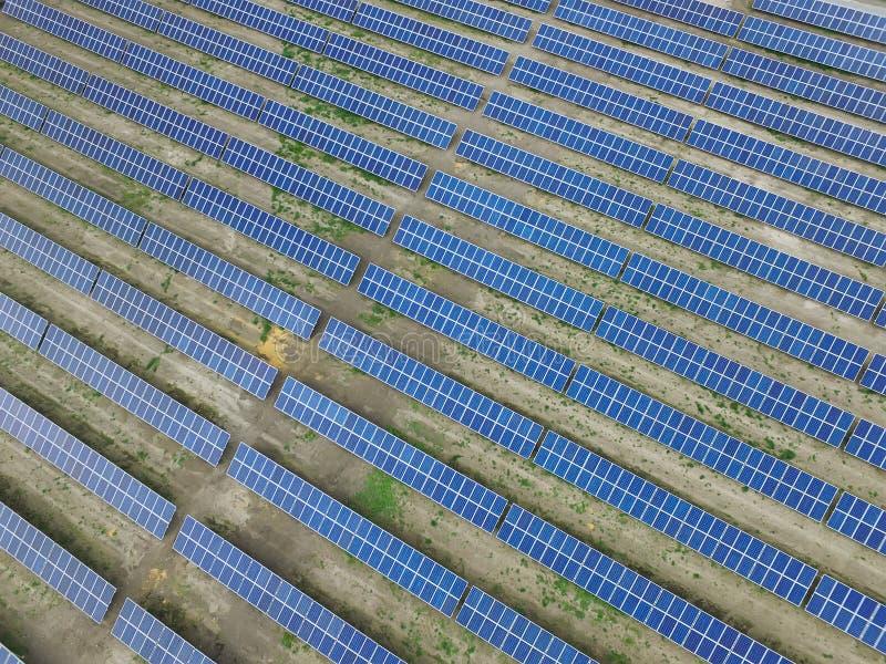 Vogelperspektive eines Solarbauernhofes, saubere auswechselbare Sonnenenergie produzierend stockbild