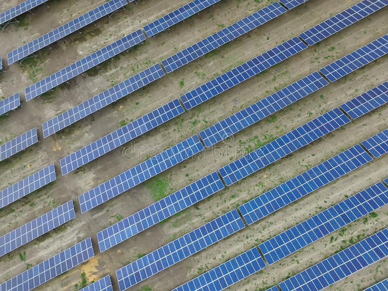 Vogelperspektive eines Solarbauernhofes, saubere auswechselbare Sonnenenergie produzierend stockfoto